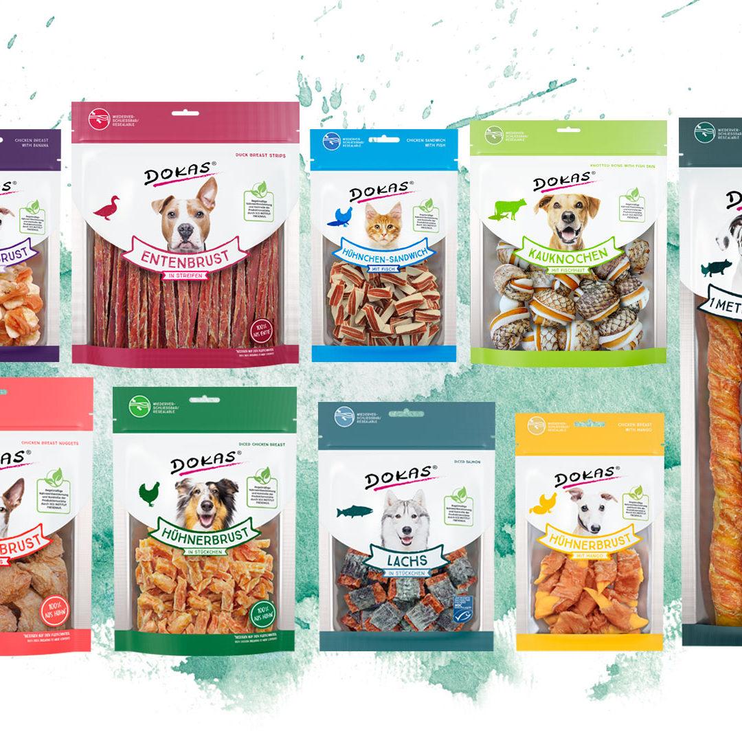 Übersicht von Verpackung für Hundesnacks vor farbigen Hintergrund
